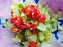 Vista superiore del limone e dei peperoncini rossi freschi con le fette immagini stock