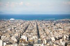 Vista superiore del mar Egeo e del labirinto delle vie di capitale greca Atene Immagini Stock Libere da Diritti