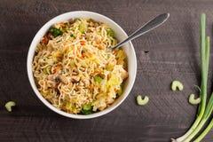 Vista superiore del mein cinese dello del pollo su fondo di legno scuro Fotografia Stock