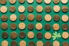 vista superiore del modello delle monete e dell'acetosella dorate su verde, patricks della st Immagine Stock