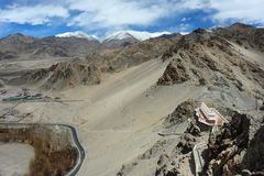Vista superiore del monastero Gompa alla valle nel periodo di siccità, Leh Ladakh, India di Thiksey Fotografie Stock