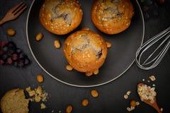 Vista superiore del muffin dei mirtilli su fondo nero Fotografie Stock