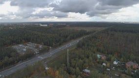 Vista superiore del paesaggio della Russia centrale con gli alberi che sono coperti di fogliame di autunno archivi video