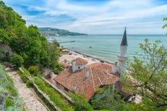 Vista superiore del palazzo di Balchik alla spiaggia di bulgaro Mar Nero fotografia stock libera da diritti