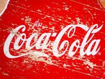 Vista superiore del panchetto di legno rosso con la marca di Coca-Cola Fotografia Stock
