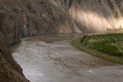 Vista superiore del pezzo di angolo per tubi isolanti del fiume Immagine Stock Libera da Diritti