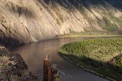 Vista superiore del pezzo di angolo per tubi isolanti del fiume Immagini Stock