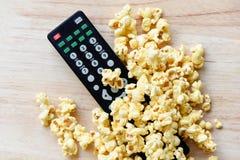 Vista superiore del popcorn di concetto del cinema e del backgroubd di legno telecomandato della tavola/sale dolce del popcorn de fotografia stock