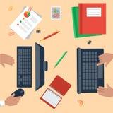 Vista superiore del posto di lavoro con il computer portatile ed i dispositivi Fotografie Stock Libere da Diritti