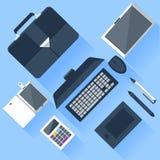 Vista superiore del posto di lavoro con il computer portatile ed i dispositivi Fotografie Stock