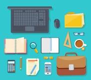 Vista superiore del posto di lavoro con il computer portatile ed i dispositivi Immagine Stock Libera da Diritti