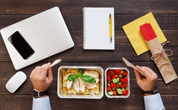 Vista superiore del pranzo di lavoro sano alla tavola Immagine Stock