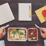 Vista superiore del pranzo di lavoro sano alla tavola Fotografia Stock