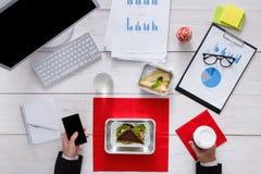 Vista superiore del pranzo di lavoro sano alla tavola Immagini Stock