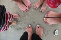 Vista superiore del ` s delle donne e piedi del ` s dei bambini sulla spiaggia Fotografia Stock Libera da Diritti