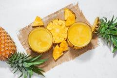 Vista superiore del succo di ananas fresco nel vetro con l'ananas franco Immagini Stock Libere da Diritti