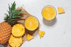 Vista superiore del succo di ananas fresco nel vetro con l'ananas franco Fotografia Stock Libera da Diritti