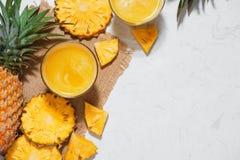 Vista superiore del succo di ananas fresco nel vetro con l'ananas franco Fotografia Stock