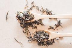Vista superiore del tè di Oolong in cucchiai di legno Immagini Stock