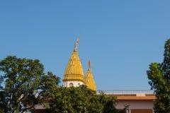 Vista superiore del tample indiano, su fondo di cielo blu fotografia stock libera da diritti