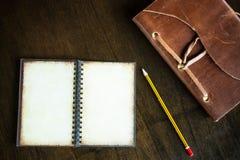 Vista superiore del tascabile d'annata con spazio e della matita sulla b di legno Immagini Stock