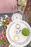 Vista superiore del tavolino da salotto con le tazze di caffè sul balcone Fotografia Stock