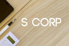 Vista superiore del telefono cellulare, della penna e del calcolatore su fondo di legno scritto con S Corp Concetto di finanza e  fotografie stock libere da diritti