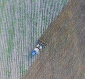 Vista superiore del trattore che ara il campo lavorazione con erpice a dischi il suolo Fotografia Stock