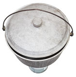 Vista superiore del vaso fuligginoso di campeggio sul bruciatore a gas Fotografie Stock Libere da Diritti