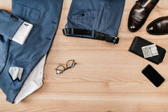 Vista superiore del vestito e degli accessori con lo smartphone Immagini Stock