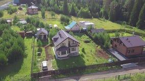 Vista superiore del villaggio in clip della foresta Dal villaggio il cottage viene uomo per la passeggiata Vita del villaggio con archivi video