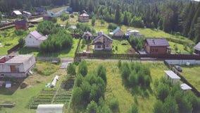 Vista superiore del villaggio in clip della foresta Dal villaggio il cottage viene uomo per la passeggiata Vita del villaggio con stock footage