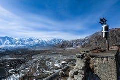 Vista superiore del villaggio con catena montuosa in Leh durante l'inverno fotografie stock libere da diritti