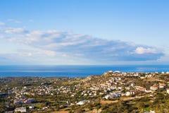 Vista superiore del villaggio di peyia vicino al mar Mediterraneo nel Cipro Immagini Stock