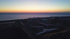 Vista superiore del villaggio olimpico in Soci clip Bella vista del villaggio olimpico in Soci al tramonto fotografia stock libera da diritti