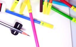 Vista superiore dell'album da disegno con la matita, la gomma, le penne di schizzo di colore e l'affilatrice Immagini Stock Libere da Diritti