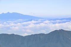 Vista superiore dell'alta montagna con la nuvola da Fuji Fotografie Stock