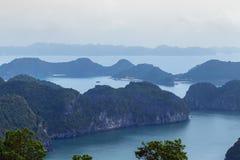 Vista superiore dell'arcipelago di lunghezza della baia dell'ha delle destinazioni della cima del Vietnam fotografia stock