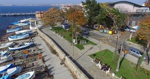 Vista superiore dell'argine di autunno in Pomorie, Bulgaria archivi video