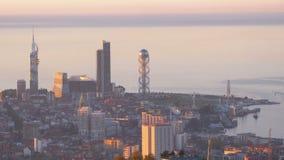 Vista superiore dell'argine uguagliante di Batumi, ruota di ferris, torre dell'alfabeto georgiano archivi video