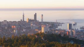 Vista superiore dell'argine uguagliante di Batumi, ruota di ferris, torre dell'alfabeto georgiano stock footage