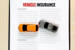 Vista superiore dell'automobile del giocattolo di incidente con assicurazione del veicolo del giocattolo Immagini Stock Libere da Diritti