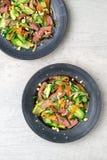 Vista superiore dell'insalata tailandese del manzo fotografia stock