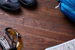 Vista superiore dell'insieme di attrezzatura per il viaggio sui bordi di legno marroni Fotografia Stock Libera da Diritti