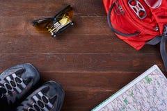 Vista superiore dell'insieme di attrezzatura per il viaggio sui bordi di legno marroni Fotografia Stock