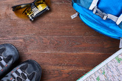 Vista superiore dell'insieme di attrezzatura per il viaggio sui bordi di legno marroni Immagine Stock Libera da Diritti