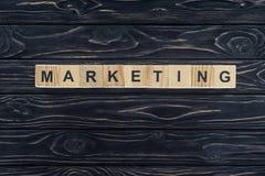 vista superiore dell'introduzione sul mercato di parola fatta dei blocchi di legno sul ripiano del tavolo di legno scuro Fotografia Stock Libera da Diritti