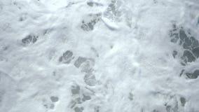 Vista superiore dell'onda di oceano e della schiuma del mare bianco archivi video