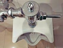 Vista superiore dell'orinale nella toilette degli uomini fotografie stock libere da diritti