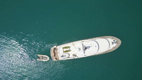 Vista superiore dell'yacht di lusso bianco ancorato in mare archivi video
